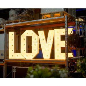 LOVE letters, voorzien van verlichting